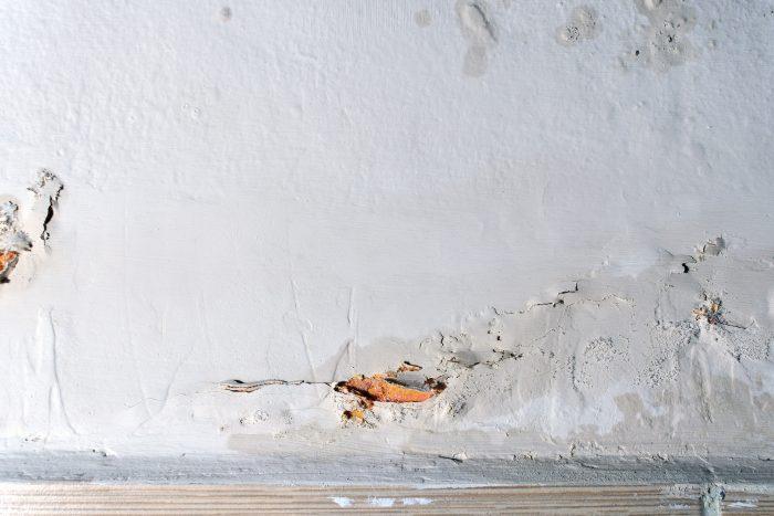 Opstijgend vocht op een witte muur