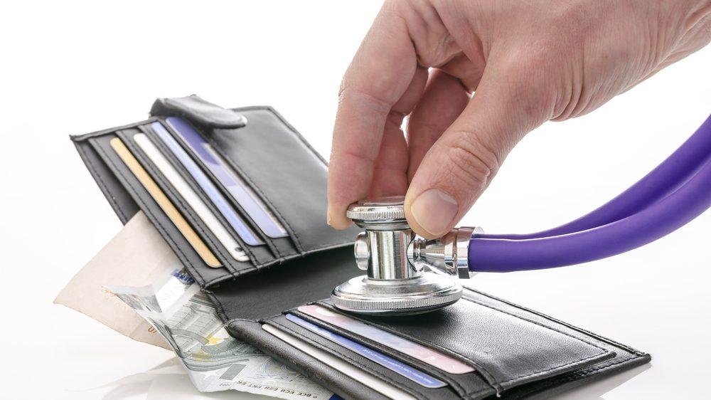Portemonnee controleren met een stethoscoop